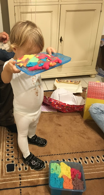 Emma gioca con la pasta modellabile